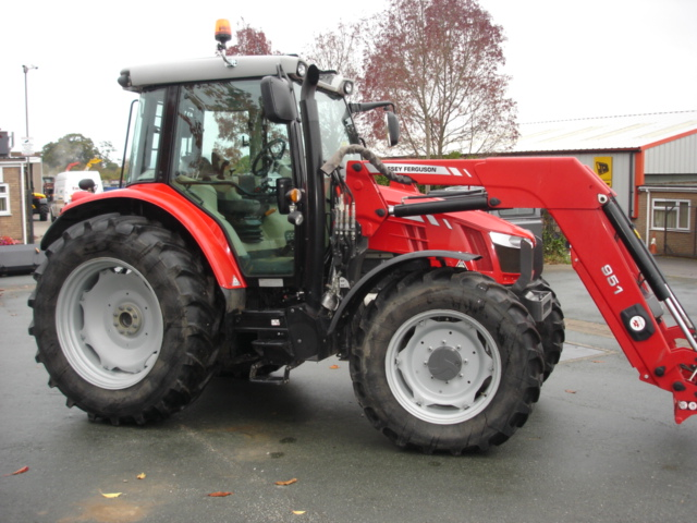 Massey Ferguson 5613 & MF 951 Loader 2016 Massey Ferguson 5613 & MF 951 Loader 2016  - prodej - Car picture 1